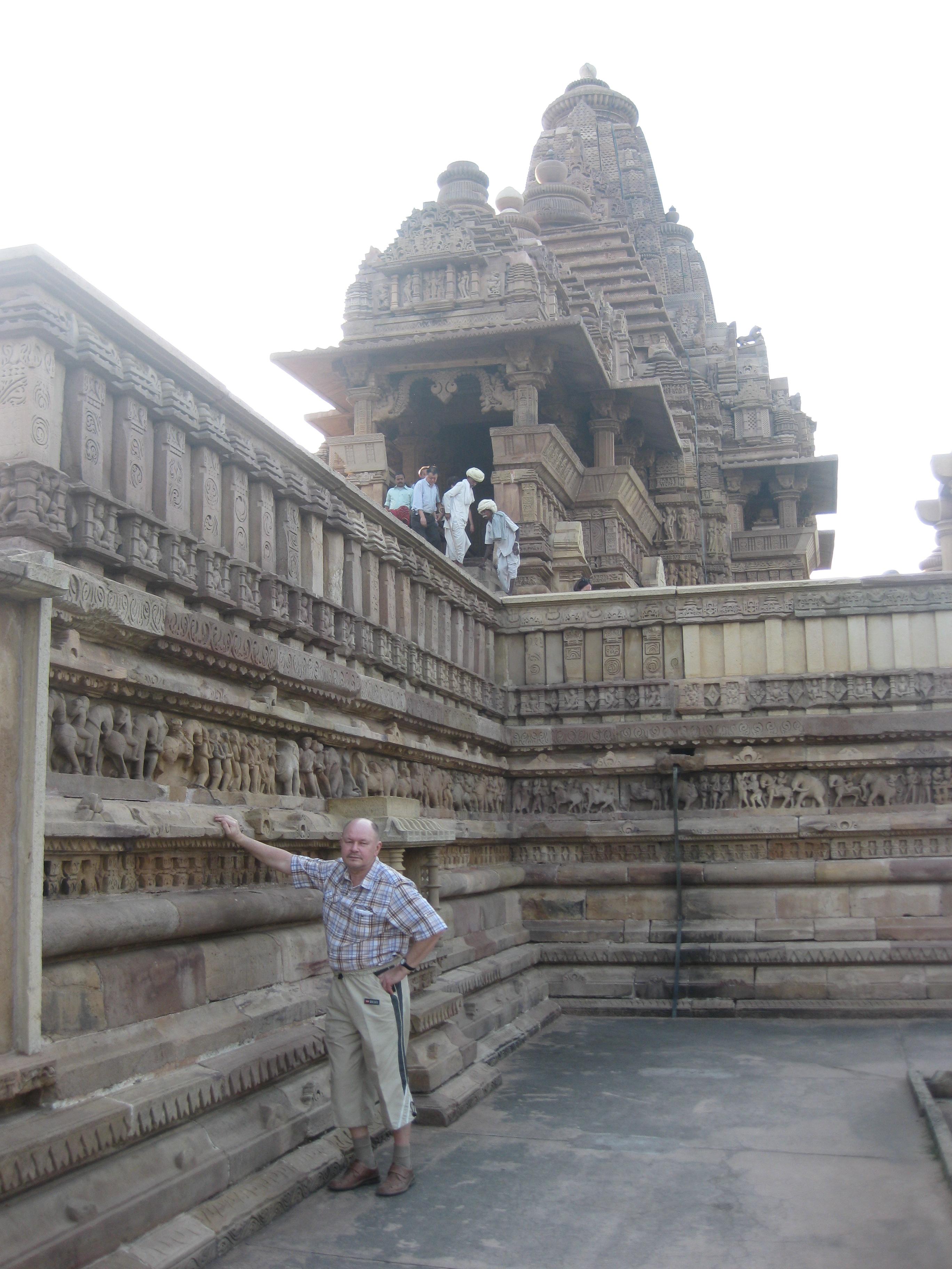 Храмы Каджурахо стоят на высоких плитах-фундаментах