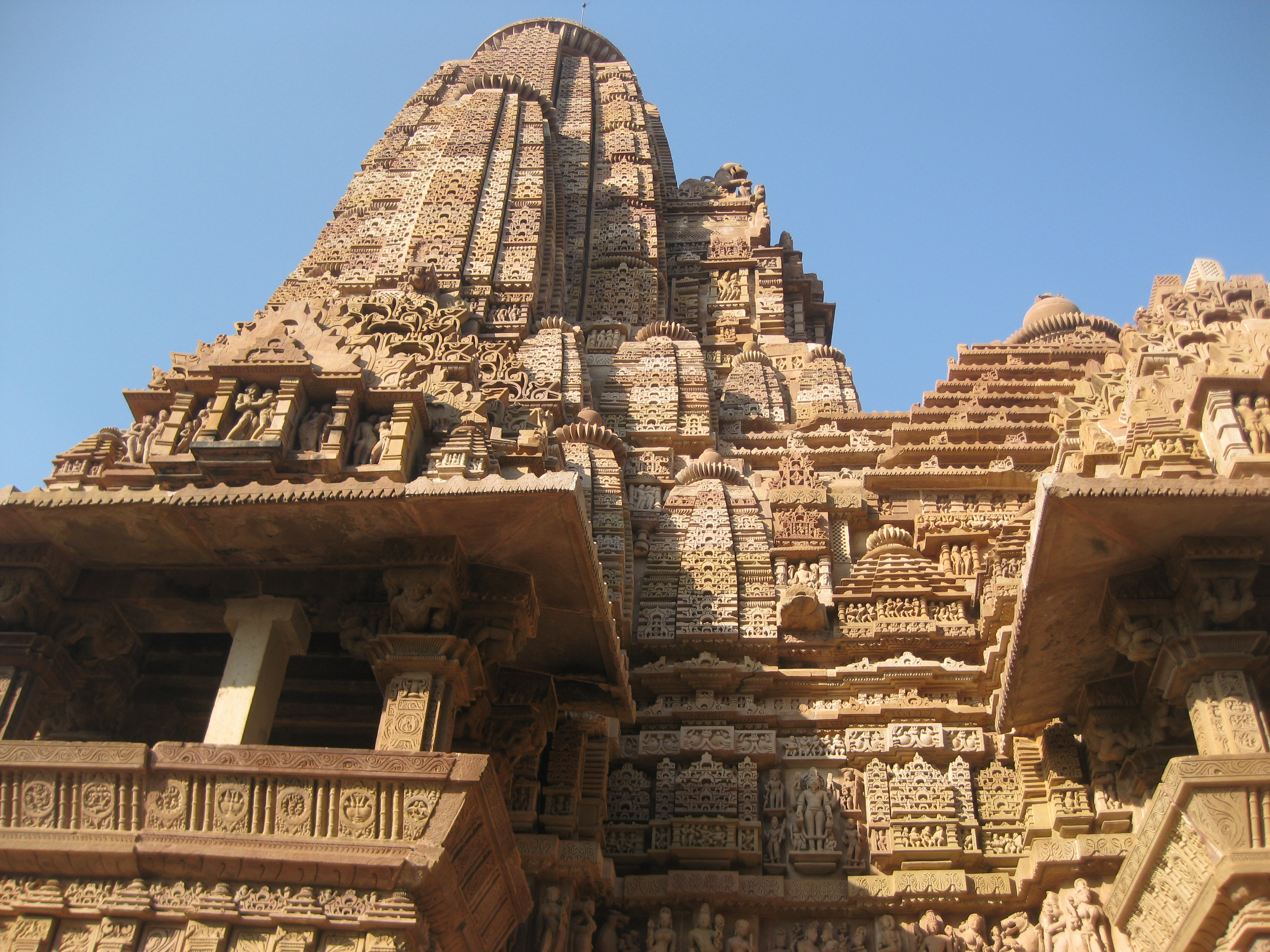 Скульптура покрывает всю поверхность Храмов Каджурахо