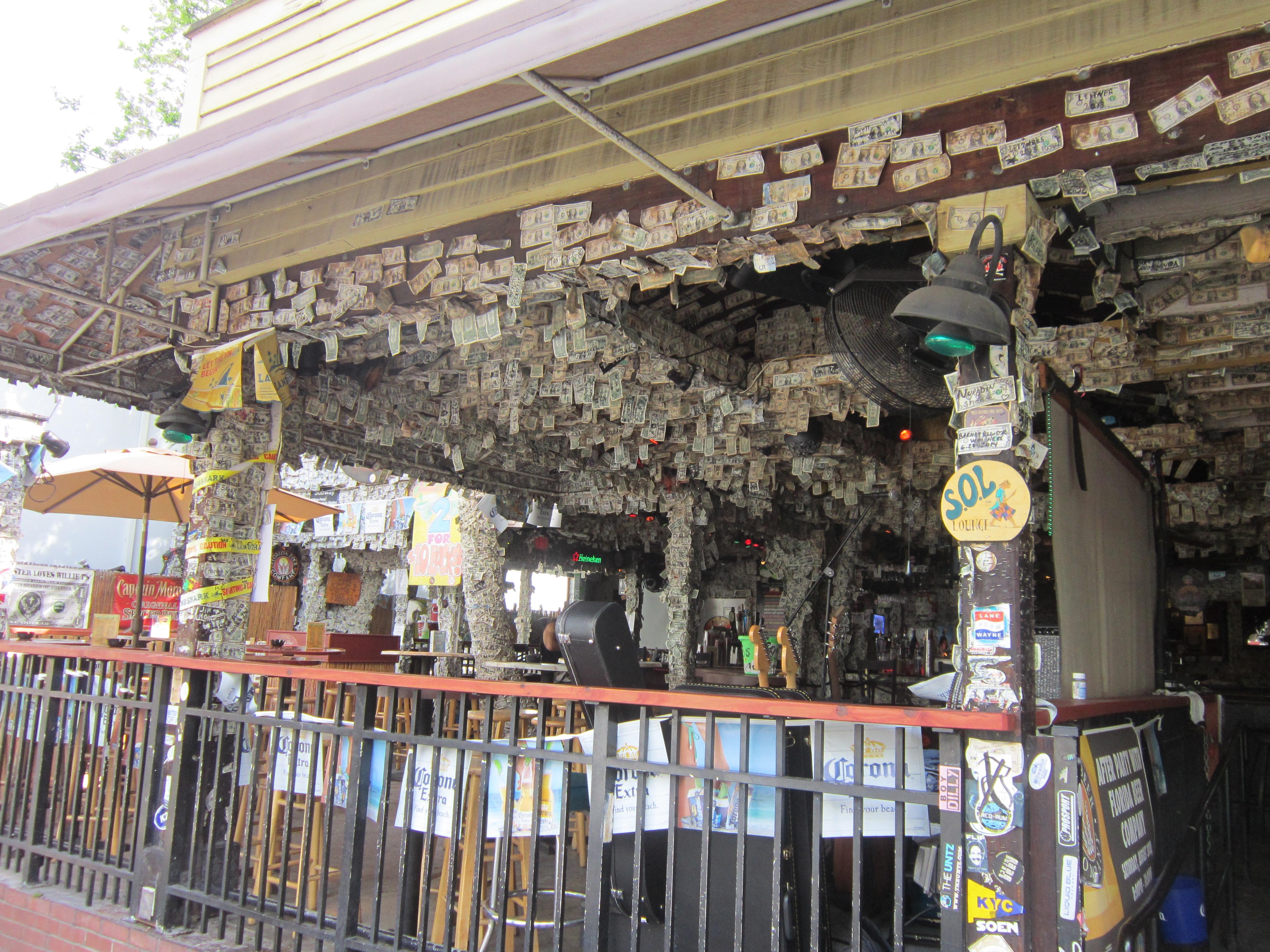 """Ки Уэст, Флорида, США. Дюваль Стрит. """"Долларовый бар"""""""