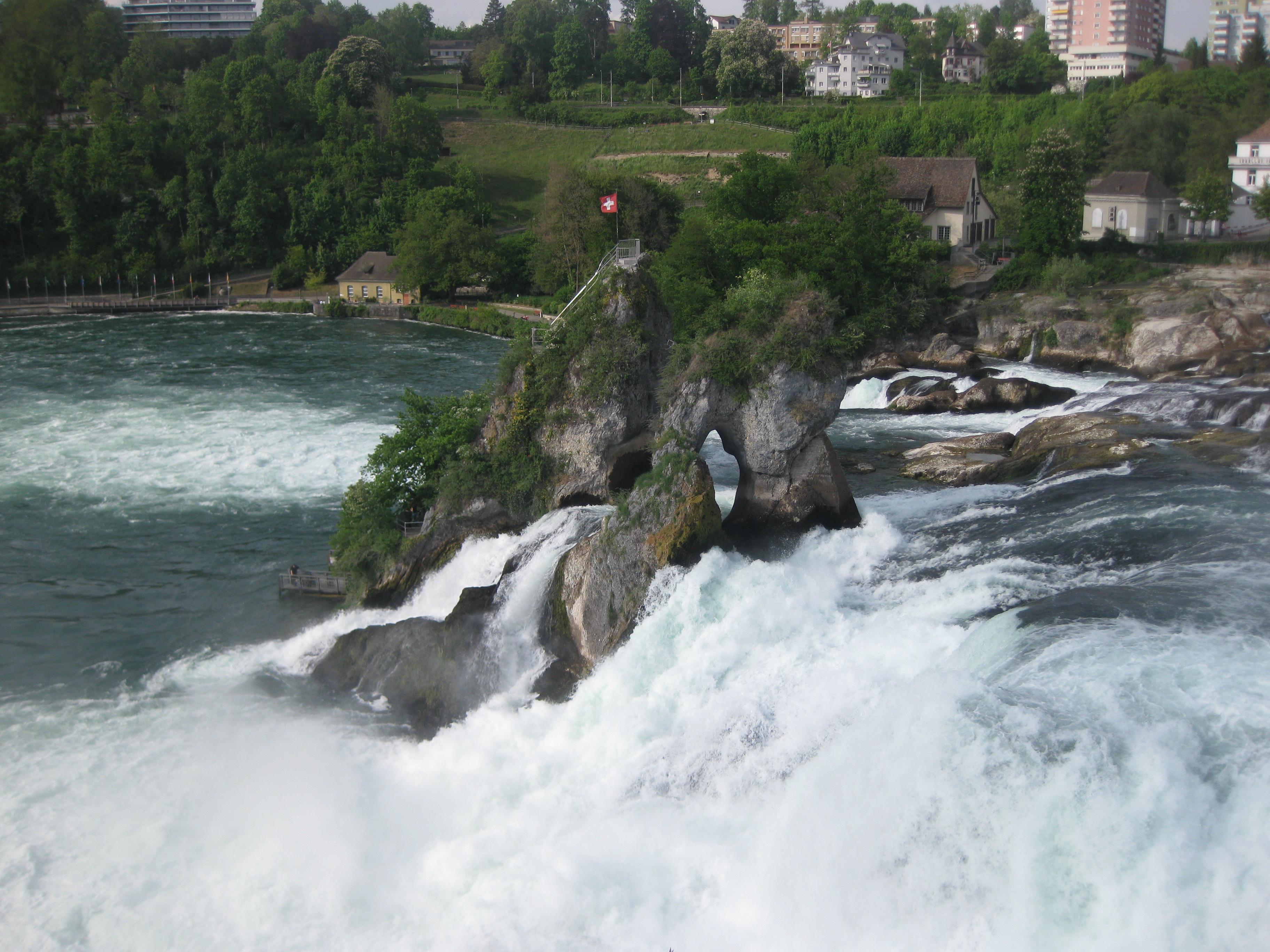 Скальный остров в центре Рейнского водопада