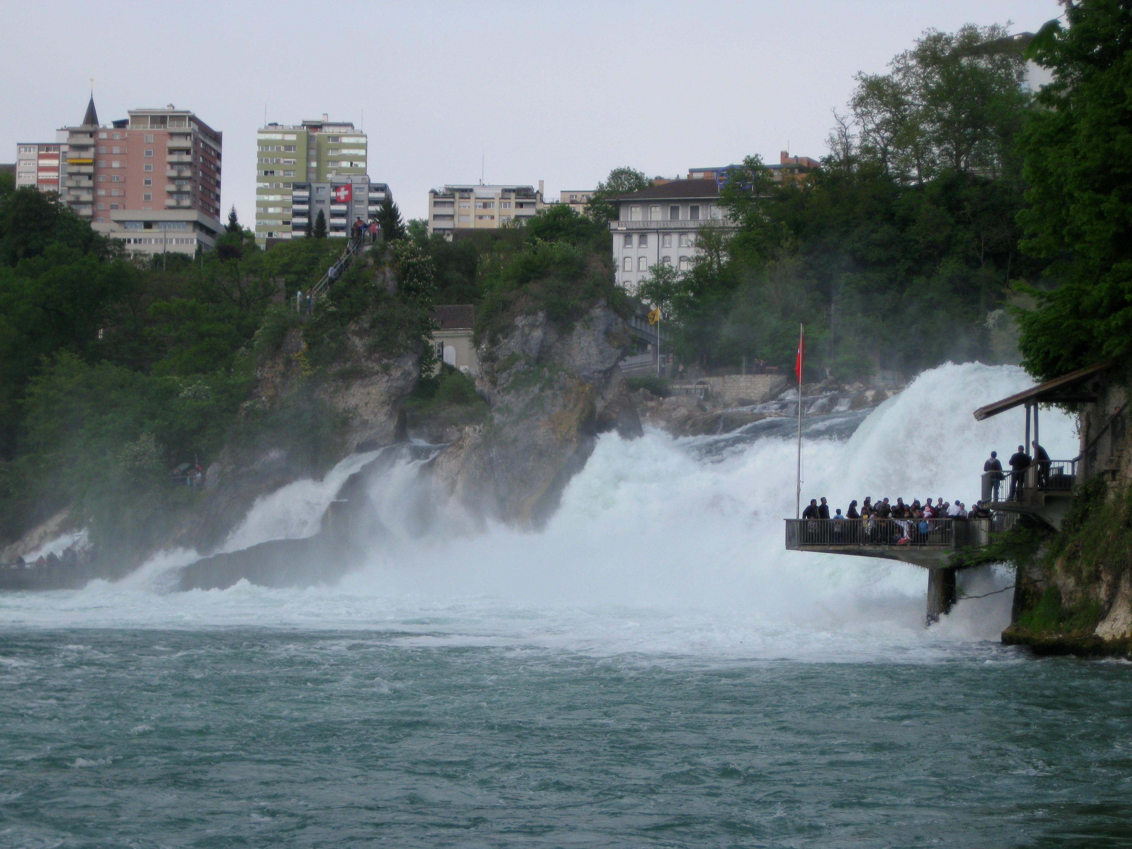 Смотровая площадка прямо над водопадом