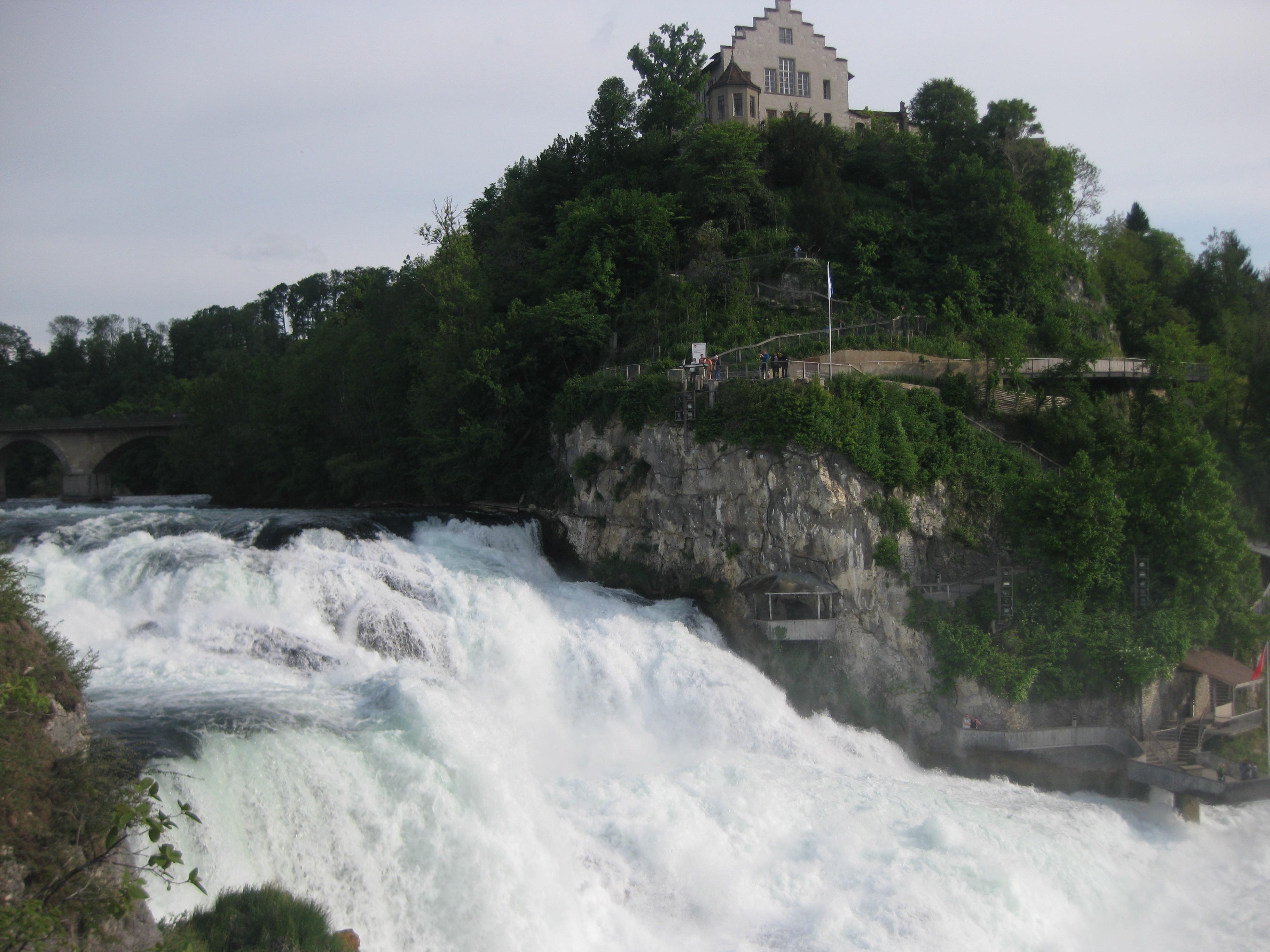 Рейнский водопад и замок Лауфен на холме