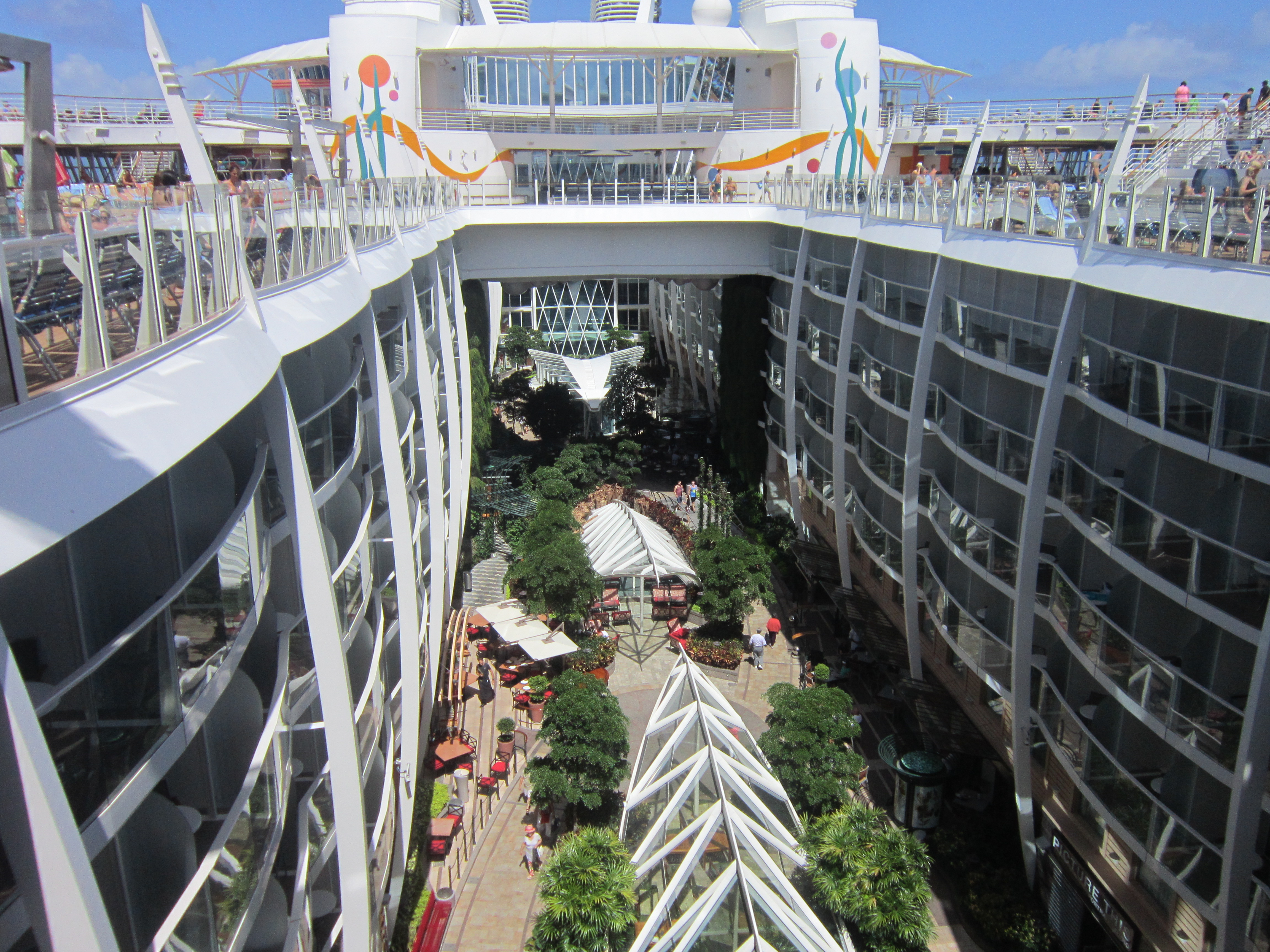 Общий вид центрального парка корабля