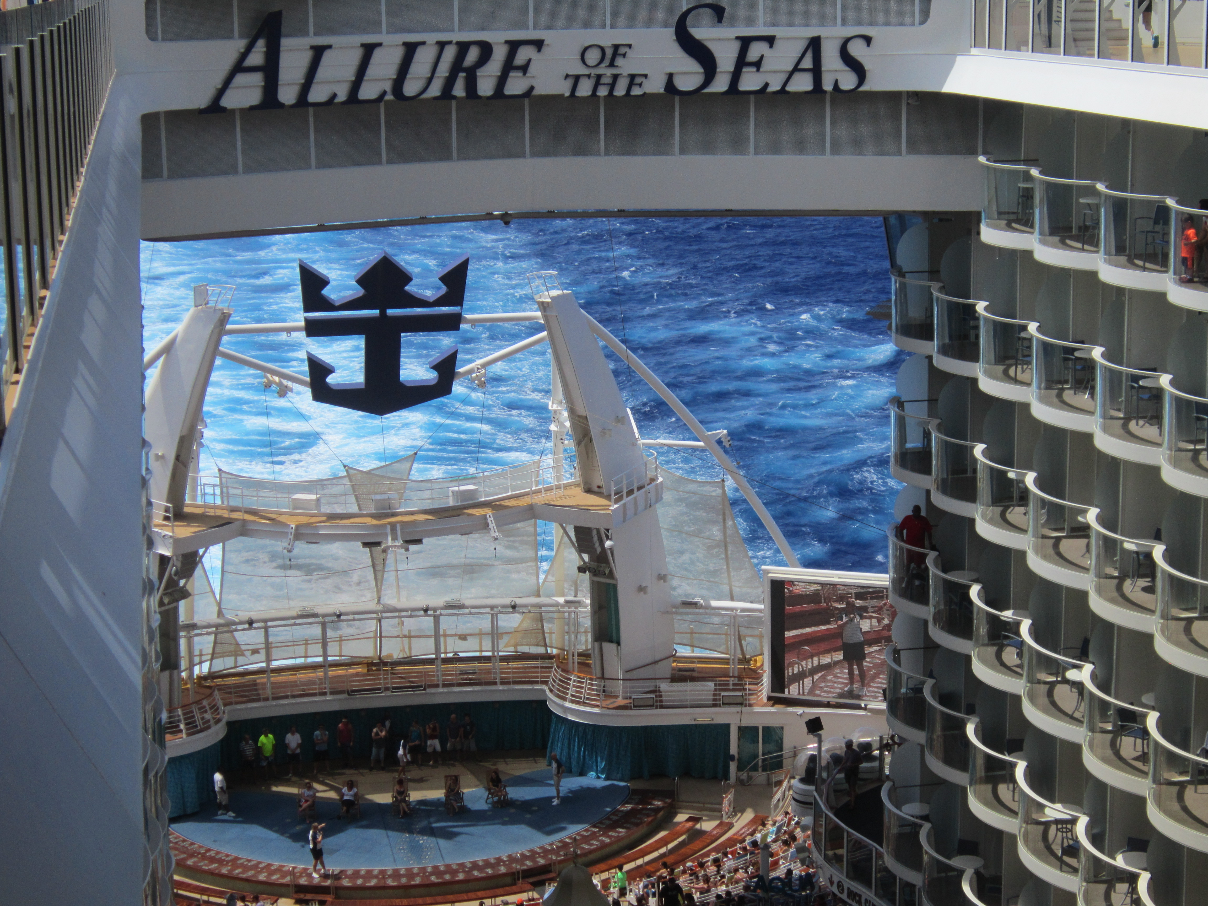 Корабль «Очарование морей». Водный амфиткфтр