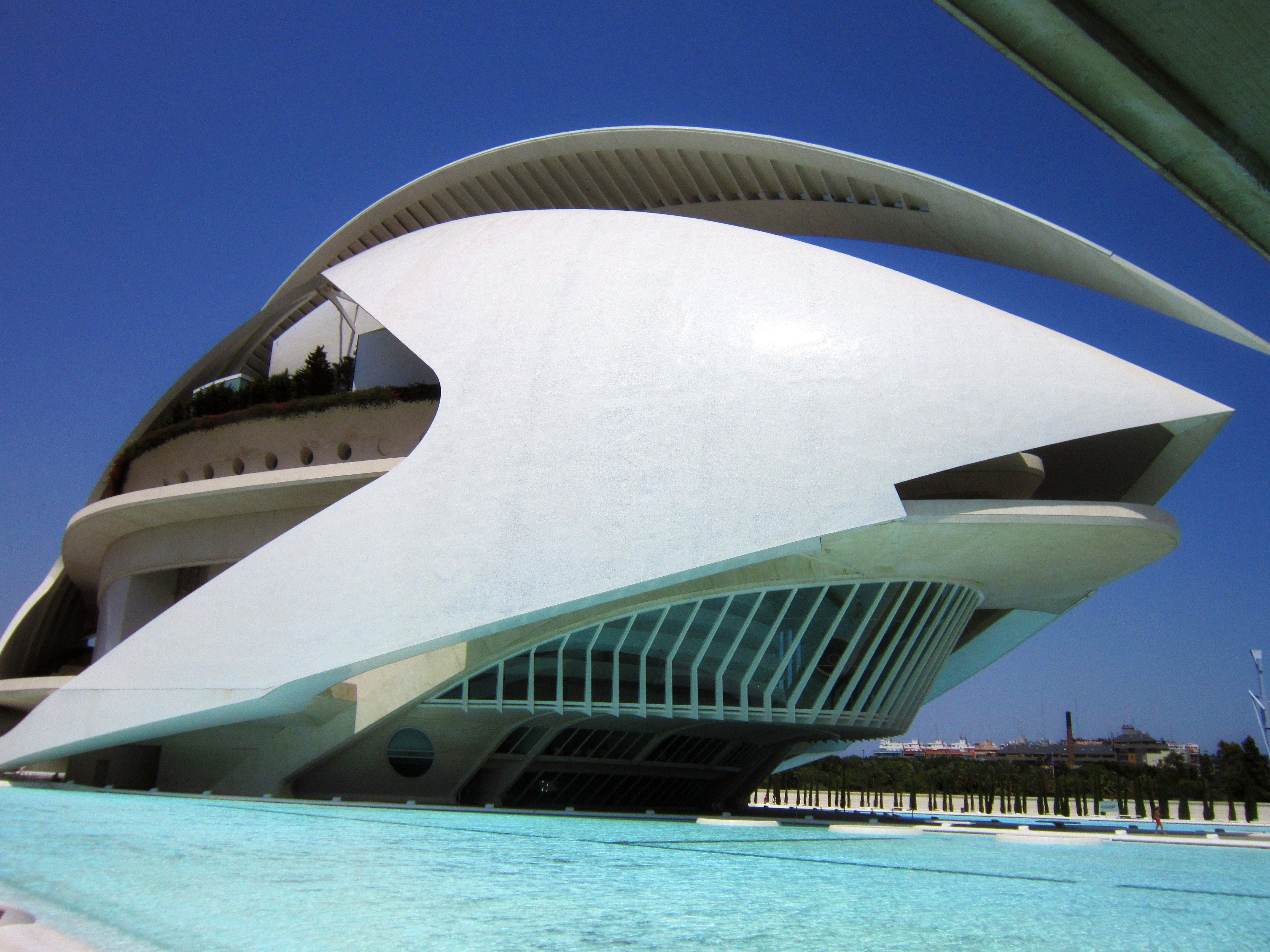 Оперный театр в форме огромного шлема конкистадора