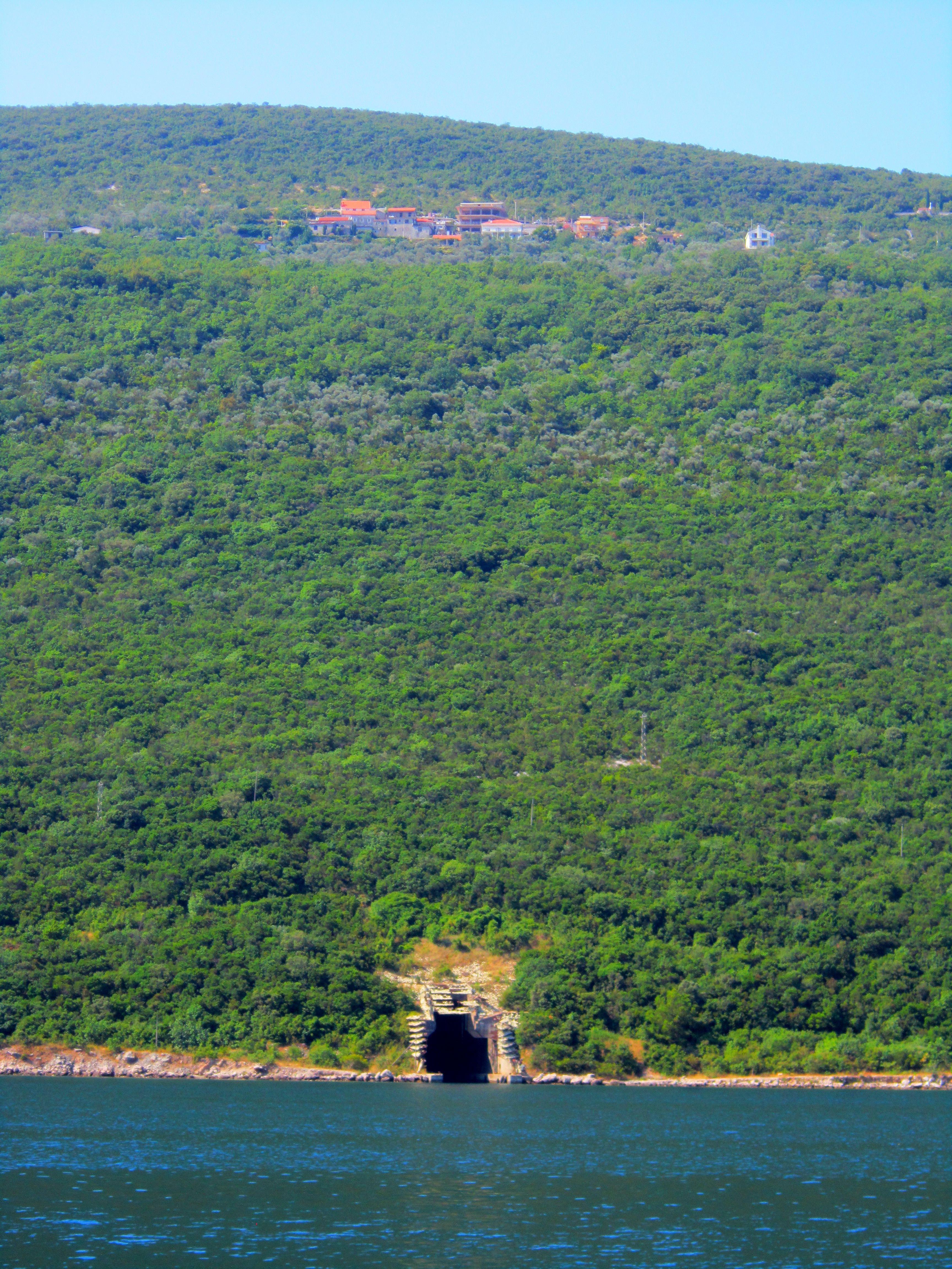 Ремонтные доки для подводных лодок на берегах бухты