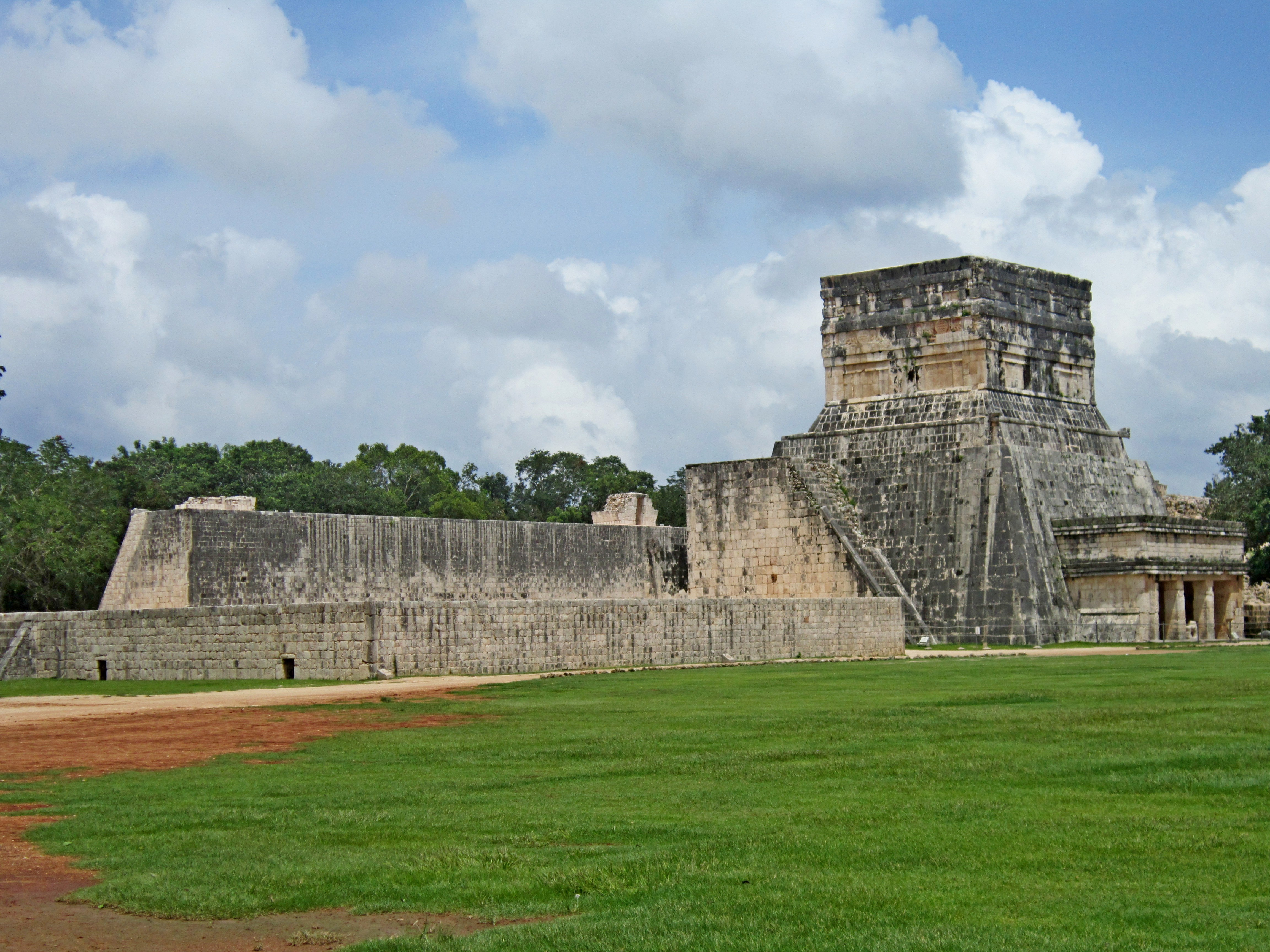 В городе майя уцелели несколько храмов
