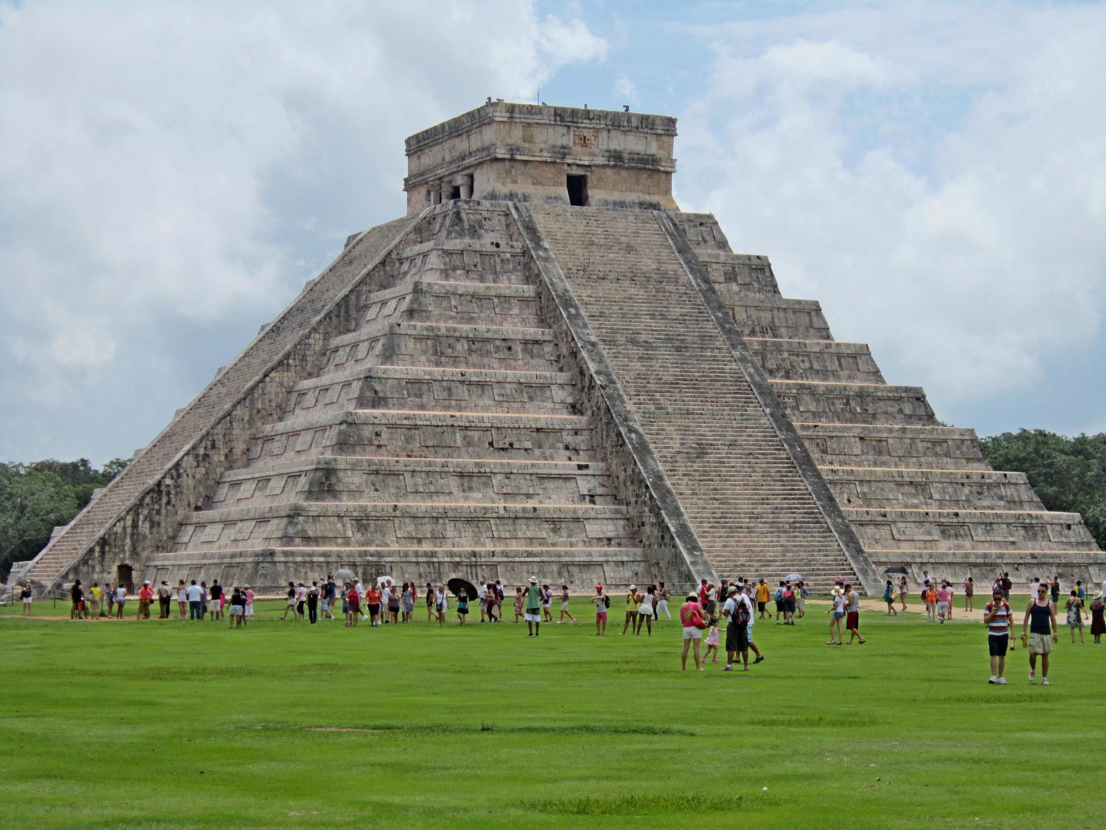 К вершине пирамиды ведут 4 лестницы, по 91 ступеньки