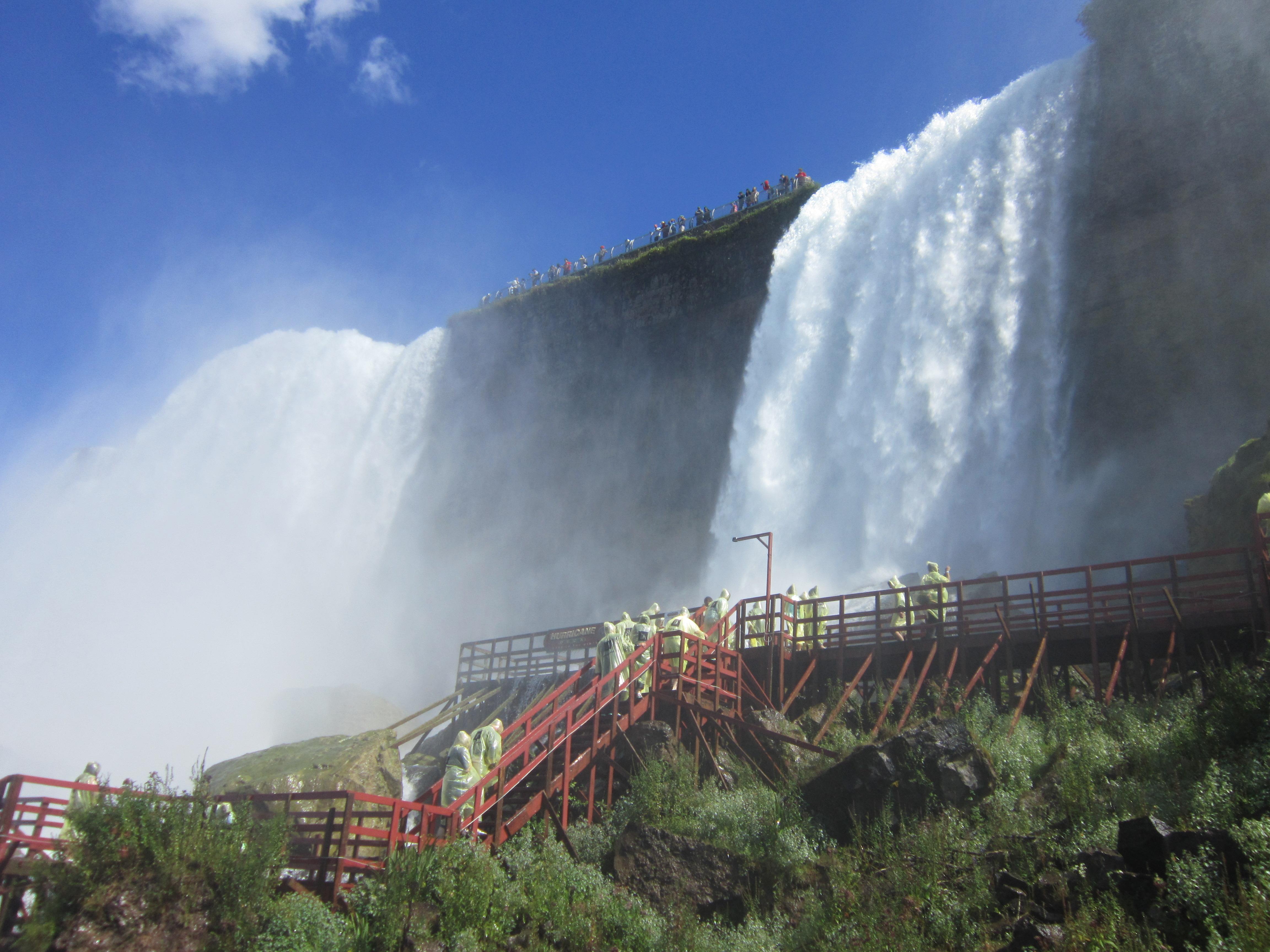 Под Американским водопадом можно ходить по мосткам