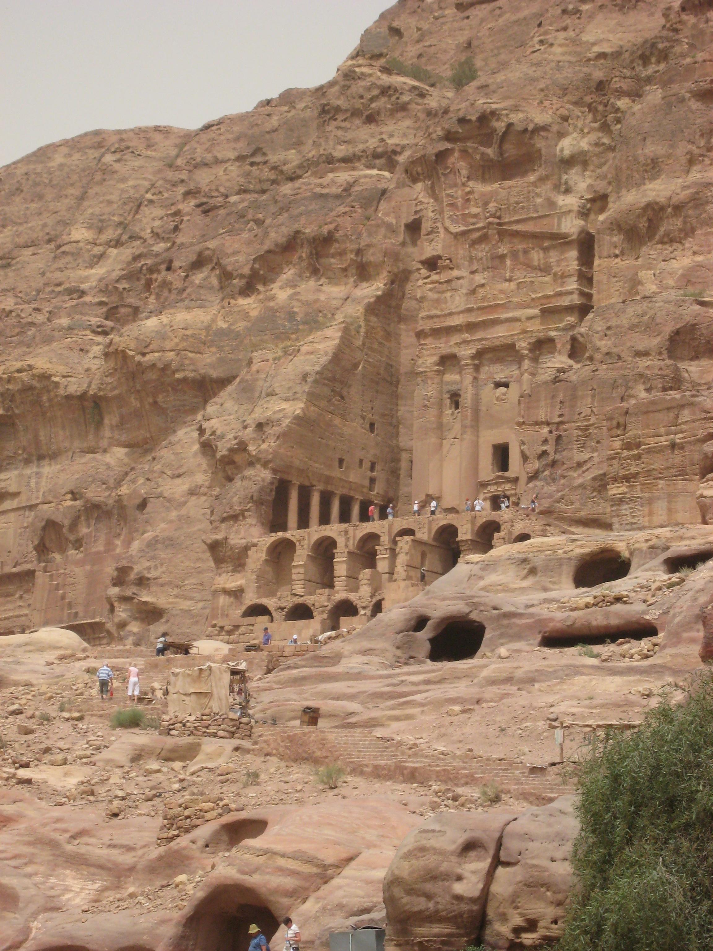 Вырубленный в скале на вершине утёса монастырь