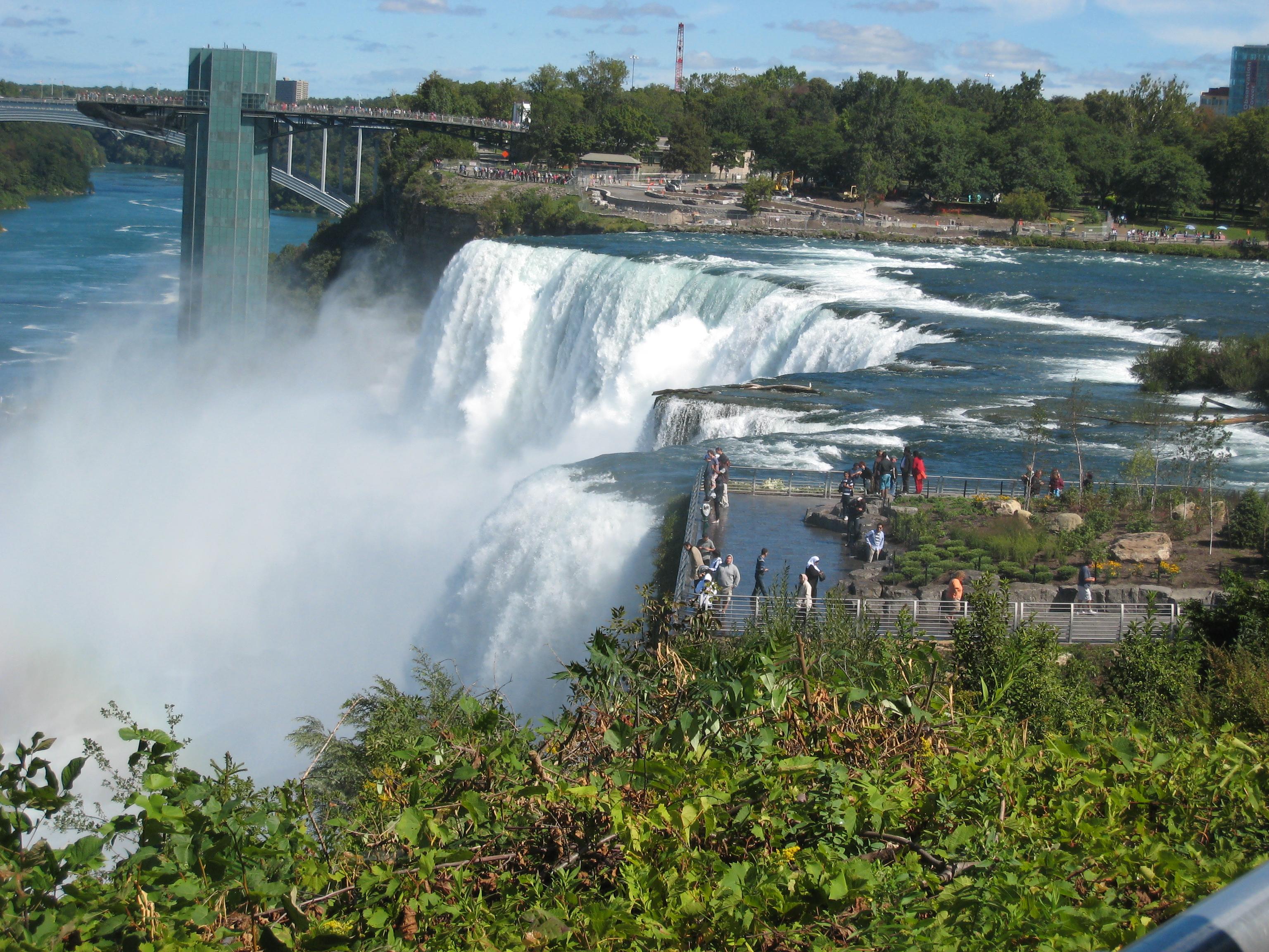 Водопад и башня со смотровой площадкой над рекой