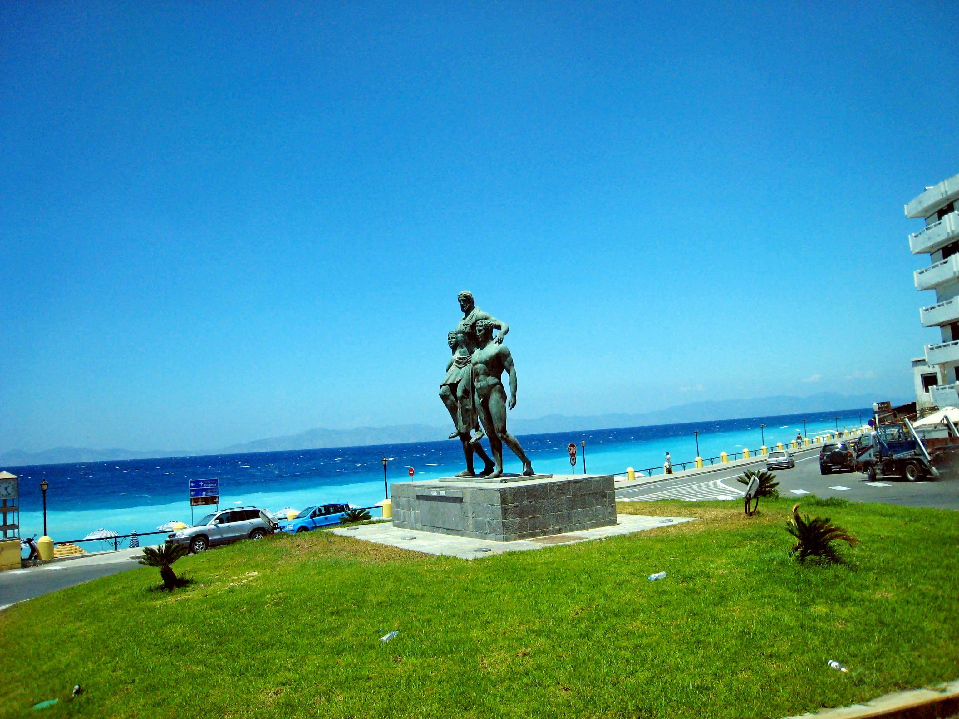 Памятник античному олимпионику Дионисису с сыновьями