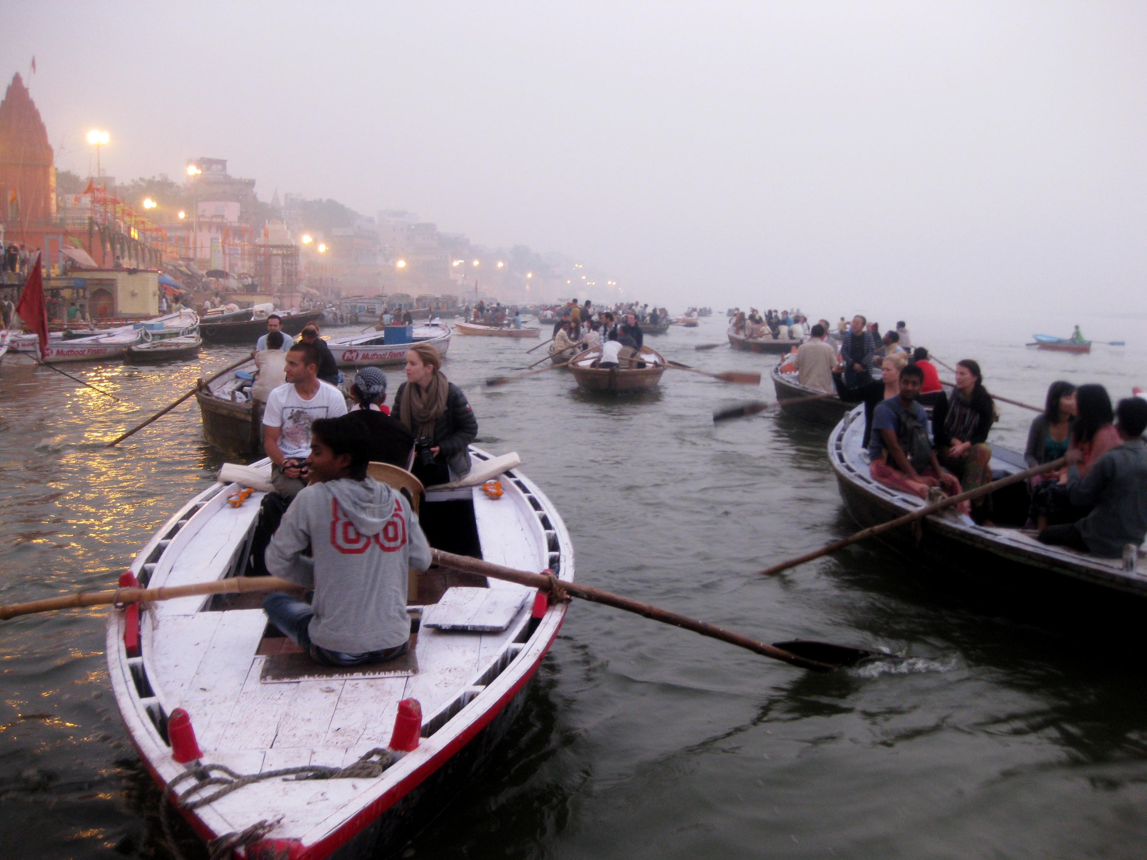 Утром на рассвете на Ганге тесно от туристических лодок