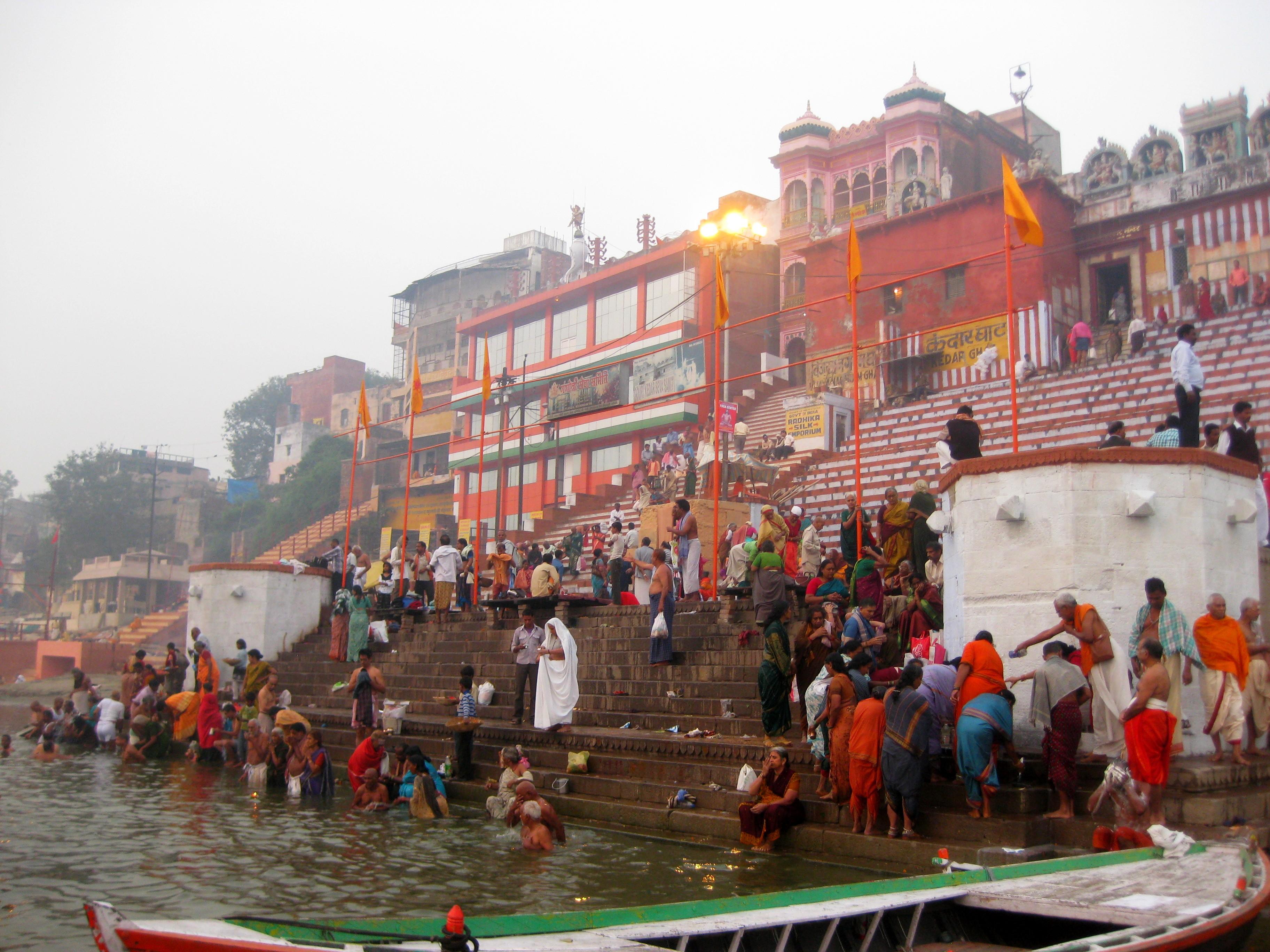 Гаты Варанаси. Толпы паломников купаются в Ганге